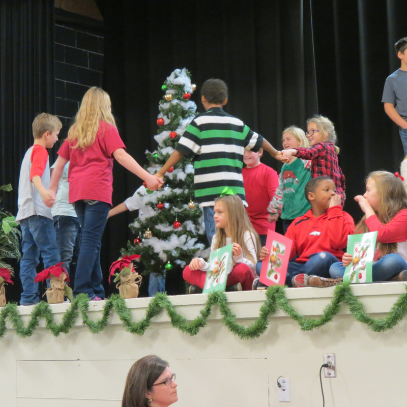 SES Students Circle Christmas Tree