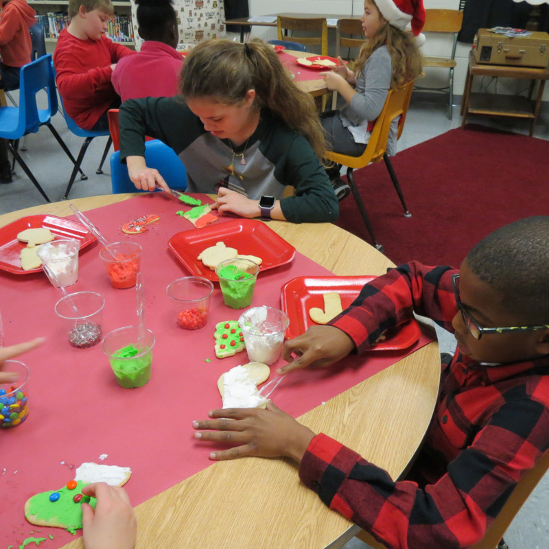 SES Students Decorate Christmas Cookies