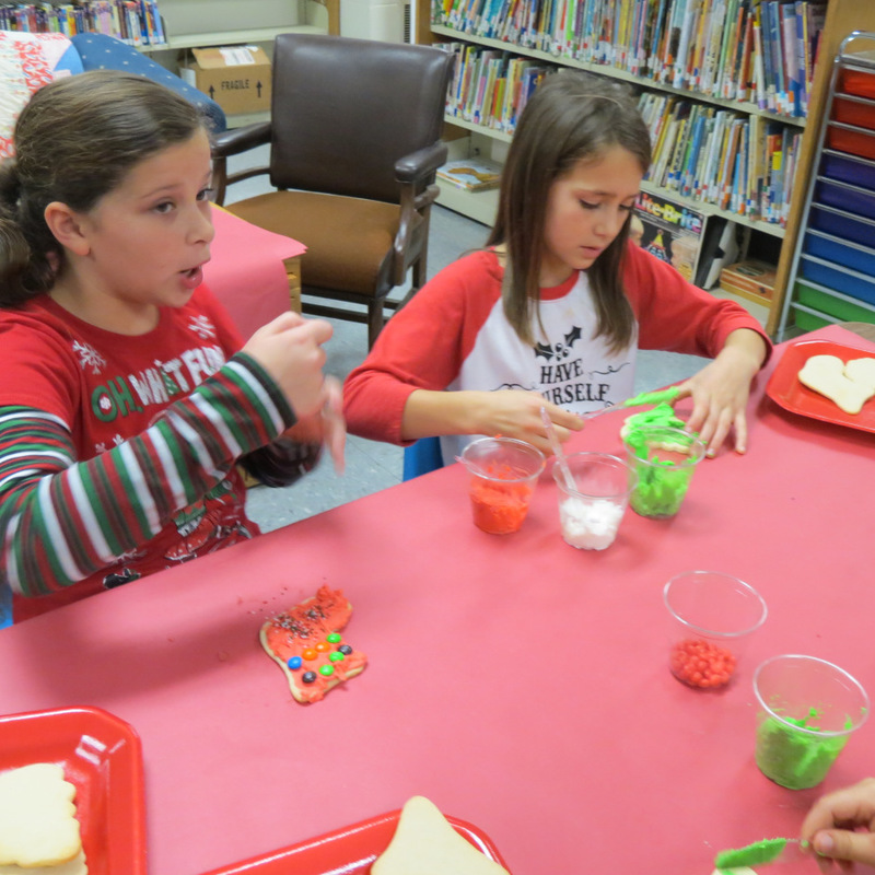 SES Students Mix Frosting