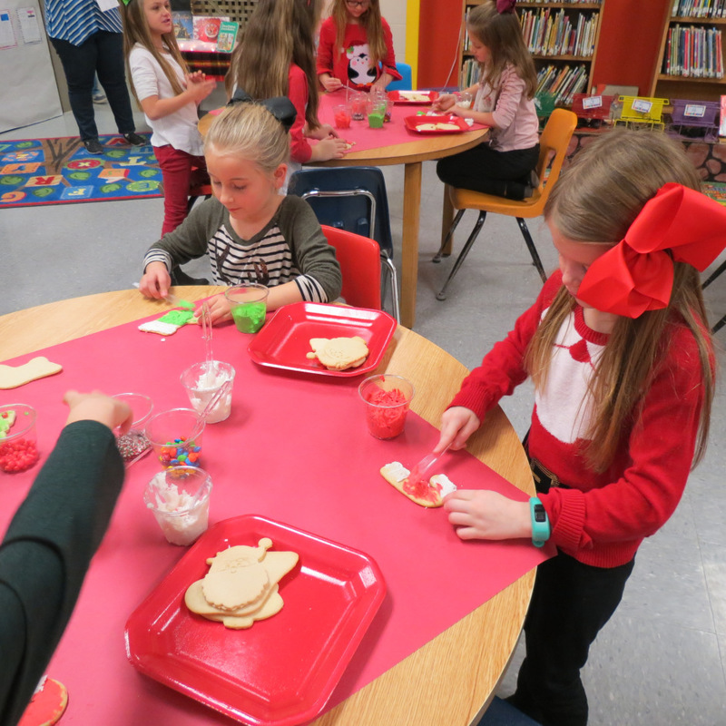 SES Students Frost Cookies